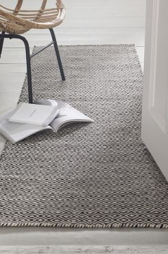 """Ellos Home Ullteppe Ekeby 70x200 cm Fint teppe med klassisk mønstret """"gåseøye"""". Varp av bomull. <br><br>100% ull<br>Rengjøres ved støvsuging"""