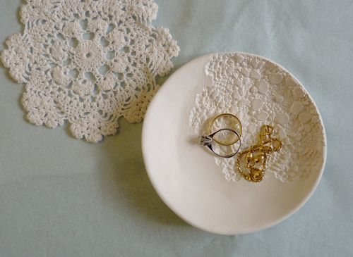 Zelf een schaaltje maken: Air Dry Clay, Gifts Ideas, Rolls Pin, Lace Doilies, Vintage Lace, Clay Bowls, Flat, Diy Jewelry, Diy Rings