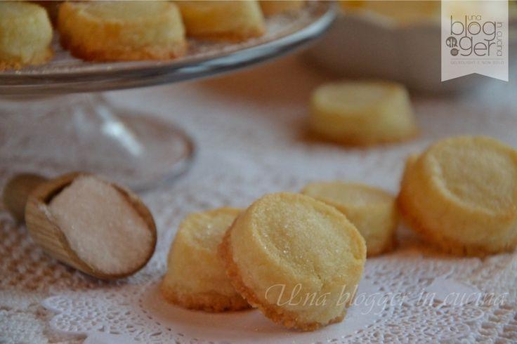 Biscotti sablés, dei biscotti fragranti e friabili ideali da servire con the, tisane, cioccolata calda. A base di burro di qualità, farina, zucchero.