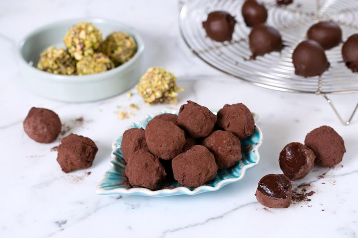 Hjemmelaget sjokoladetrøffel med mørk sjokolade, konjakk og kakao.