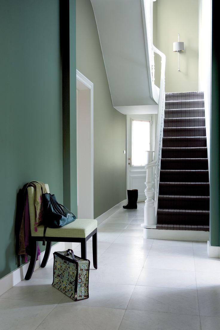 Een tijdloze hal is goed te creëren met groentinten. Kleurgebruik: Bosgroen, Oceaangroen, Munt, Limegroen en Appelwit. De kleuren uit het Flexa Strak op de muur palet zijn kleurvast en blijven dus lang mooi.
