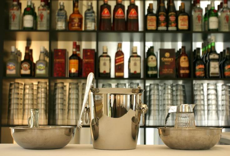 Botellero perfectamente ordenado para un mejor manejo de las botellas y que el cliente pueda observar la gran variedad.