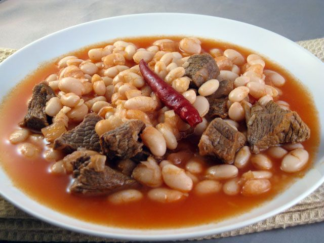 Etli Kuru Fasulye (Butter Beans with Meat) Recipe  http://www.yemek-tarifi.info/english/recipe.php?recipeid=33