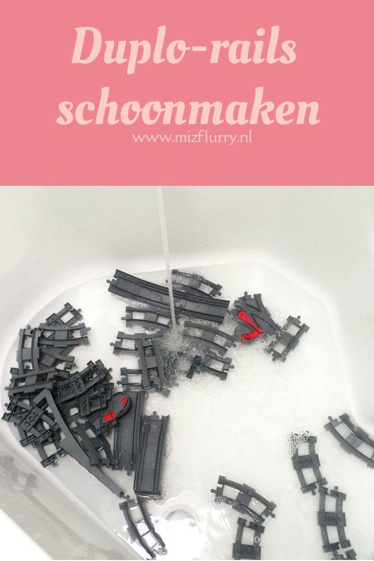 Duplo kun je schoon krijgen in de wasmachine. Maar voor de rails vond ik dat een beetje eng, ik was bang dat er wat zou afbreken. Dus ik heb de boel gewoon in bad gegooid, werkte prima!   Was de Duplo-rails gewoon in bad in een lekker sopje. Schoonspoelen en laten drogen op een handdoek.  #kortetip #duplo #rails #trein #speelgoed #schoonmaken #bad