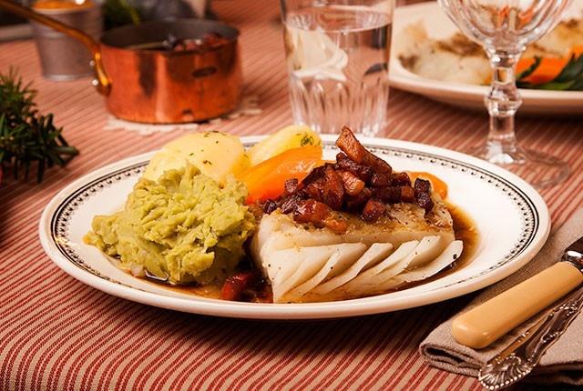 Under hundrelappen Middagsplanleggeren - Lutefisk med bacon og ertestuing