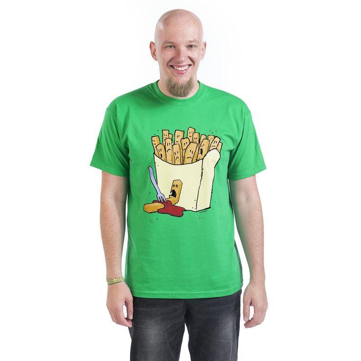 """Classica T-Shirt uomo verde """"Frittis"""" con simpatica stampa frontale. La stampa rappresenta un sacchetto di patatine fritte da cui ne manca una, che si vede infilzata da una forchetta alla base."""