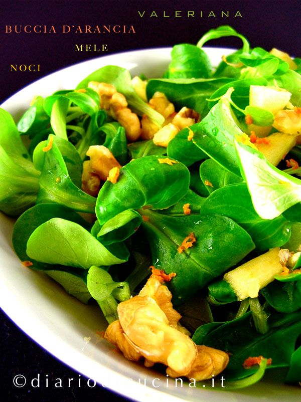 Ricetta insalata valeriana, mele, noci e scorza d'arancia. Inoltre, per fare in modo che il sale si sciolga tutto, condendo in modo uniforme l'insalata, ...
