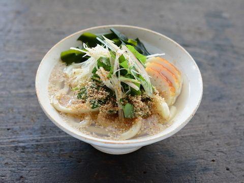 """食欲をかきたてるような香りよい薬味や香辛料をいくつか組み合わせ、風味のよいかけうどんに仕上げます。まろやかな味わいの[product id=""""konbutsuyu-shirodashi""""]「ヤマサ昆布つゆ白だし」[/product]が薬味を引き立ててくれます。"""