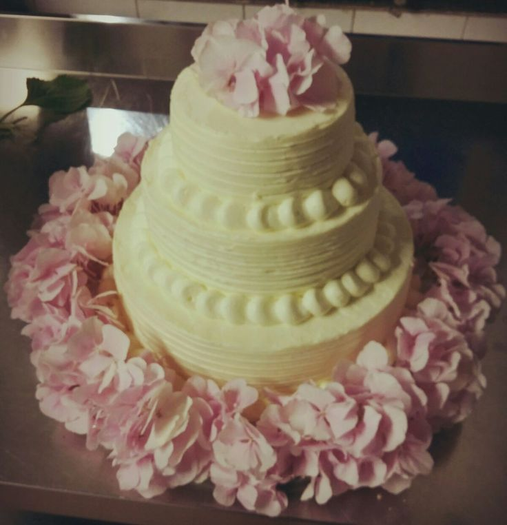 Vanilla american layer cake with fresh pink flowers to decorate. All Rights Reserved GUIDI LENCI www.guidilenci.com