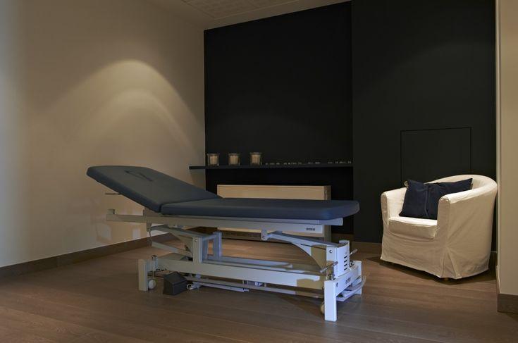 Revalidatiecentrum te Kortrijk #medical #physiotherapy #renovation #treatmentroom #gymna #quickstep #reva-K by architime