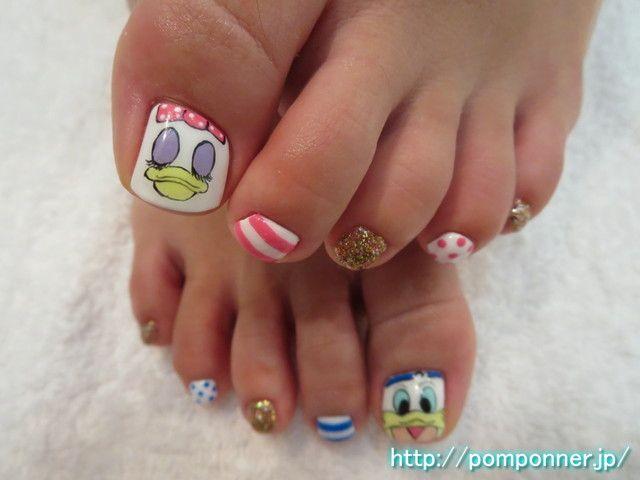ドナルドとデイジーがキュートなフットネイル  Donald and Daisy of thumb is foot nail cute. I was the face of art and Daisy Donald White Base in the thumb. I was like summer Art and dot border, in gold lame nail other.