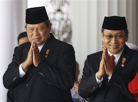 Indonesian President Susilo Bambang Yudhoyono, left, and his deputy Boediono greet the audience during a flag hoisting ceremony marking the country's 65th independence day at Merdeka (Freedom) Palace in Jakarta, Indonesia, Tuesday, Aug. 17, 2010.