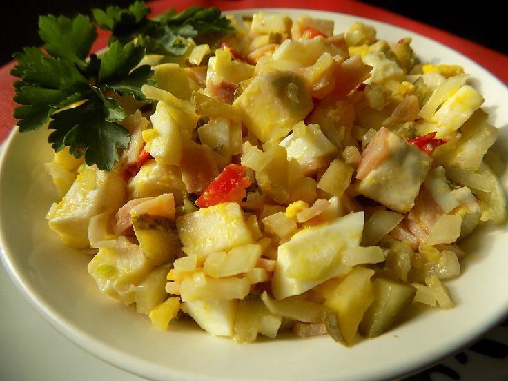 Hermelín, vejce a šunku nakrájíme na kostky, okurku a cibuli na drobno. Olej metličkou prošleháme s nálevem, hořčicí, solí a pepřem.Všechno...
