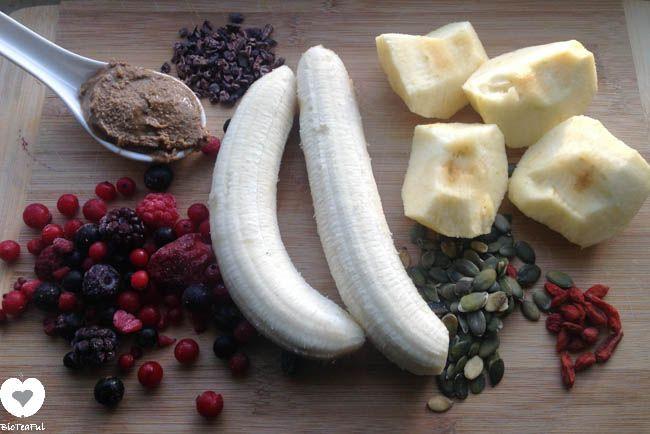 Bosvruchten smoothie 2 handen  Ingrediënten: bosvruchten (uit de diepvries) 2 bananen 1 appel 1 etl tahin 1 etl cacao nibs 1 etl pompoenpitten 2 tl gojibessen 1 cup kokoswater