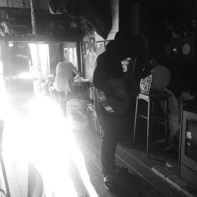 瞬間ギタリスト ぽろろんさせておりました  昨日から北海道 本日2日目は渡辺シュンスケ+近藤康平@PROVOにて  #渡辺シュンスケ #hokkaido #provo #acostic #live #20160410