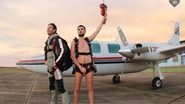 Un homme va tenter de battre le record du monde de saut en parachute, nu, en jouant du violon Le 27 août prochain, Glen Donnelly fêtera ses 30 ans et peut-être un nouveau record du monde. Musicien, il a décidé de sauter en parachute, depui... https://www.francemusique.fr/actualite-musicale/un-homme-va-tenter-de-battre-le-record-du-monde-de-saut-en-parachute-nu-en-jouant-du-violon-35191