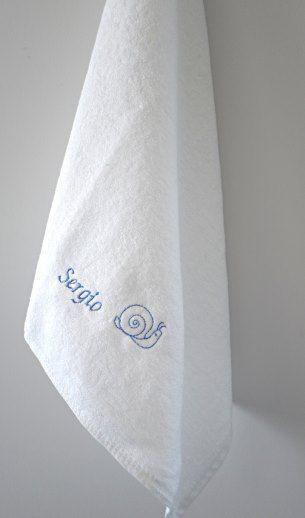 Asciugamano con ricamato il nome del bambino per nido e materna http://www.asiloscuolakit.it