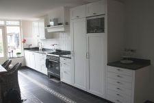 Keuken met strakke eiken kaderdeuren. Afgelakt in een Ral 9001.