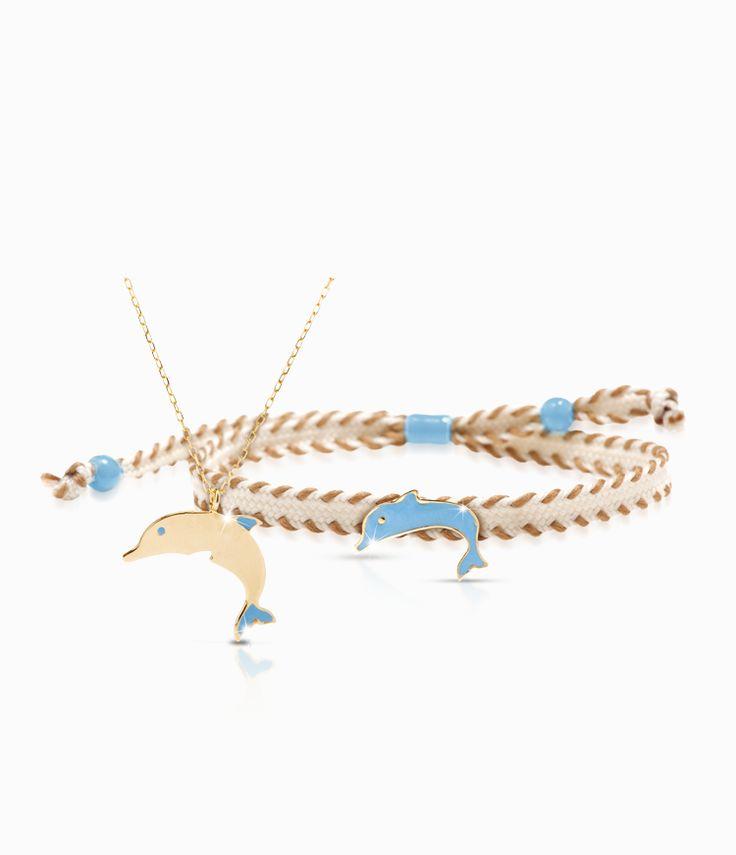 Pendente e bracciale Io&Te in oro giallo con sagoma delfino smalto colorato. Il bracciale è corredato di cordino tessuto canvas con chiusura regolabile. Tutti i bracciali della linea possono essere venduti anche singolarmente.