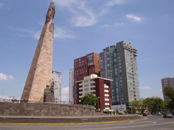 Glorieta Niños Héroes, el punto de encuentro de las avenidas Mariano Otero, Chapultepec y Niños Héroes.