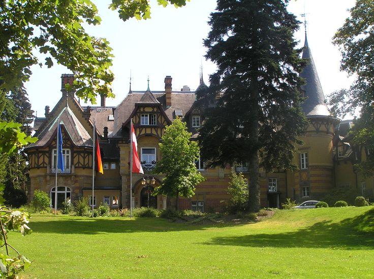 Die Villa Rothschild ist ein Anwesen in Königstein im Taunus, das 1948–1949 als Tagungsort des Parlamentarischen Rates diente. https://de.wikipedia.org/wiki/Villa_Rothschild