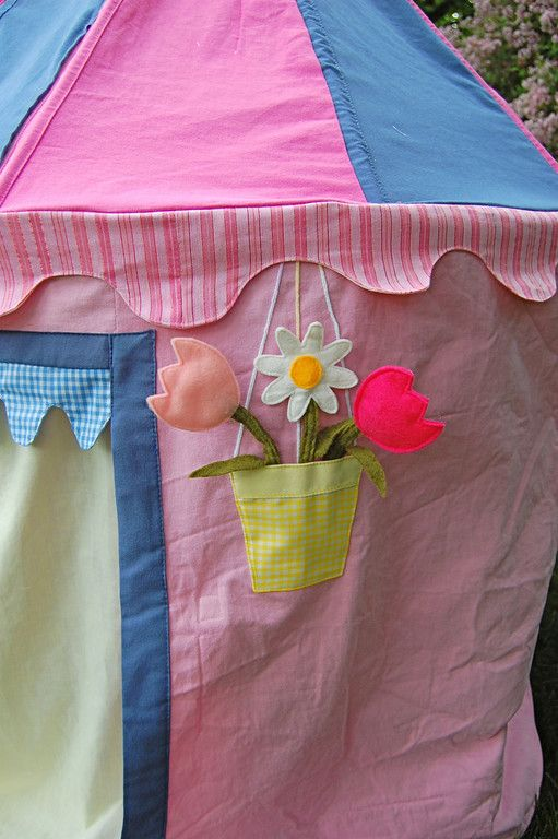 don't think i could tackle a project like this, but i really love the flower pocket on this tent. i could use on another project. sew frickin cute!!