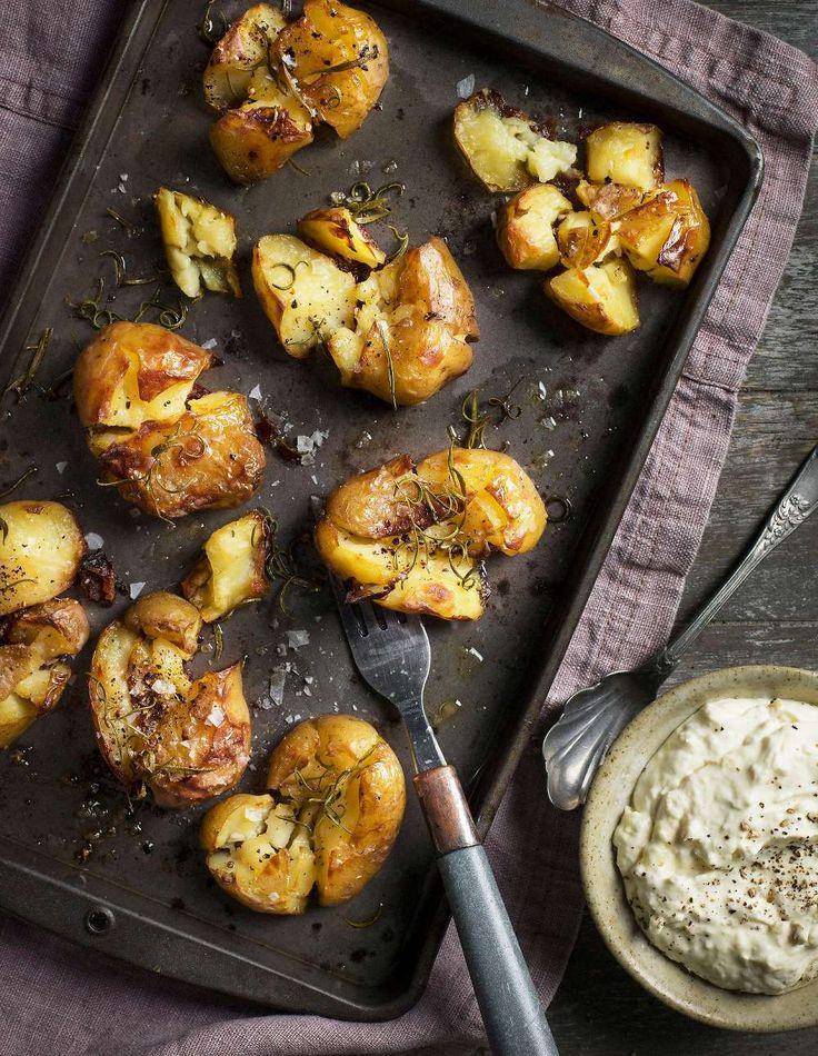Ugnsrostade knapriga potatisar med ett mjukt inre, serverade med vitlökskräm (Lantliv mat & vin 1/2015)