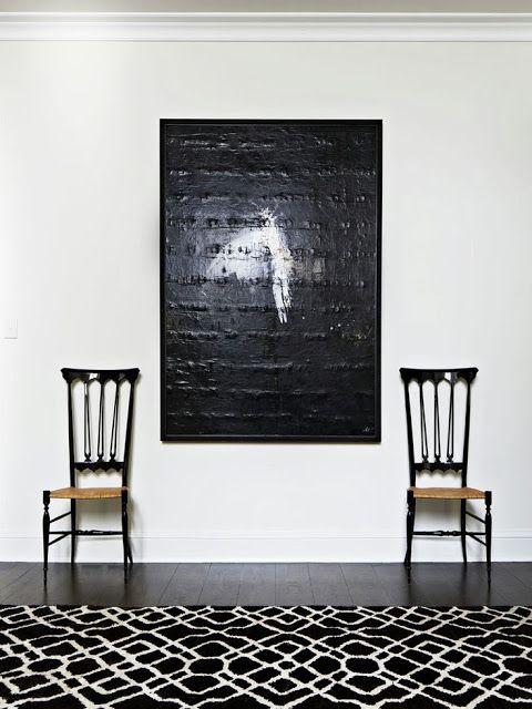 kelim, svart, konst, vit vägg, mörkt trägolv, plankgolv