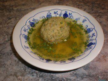 Das perfekte Leberknödelsuppe-Rezept mit Bild und einfacher Schritt-für-Schritt-Anleitung: Die Zwiebel schälen und fein hacken. Die Butter in einer…