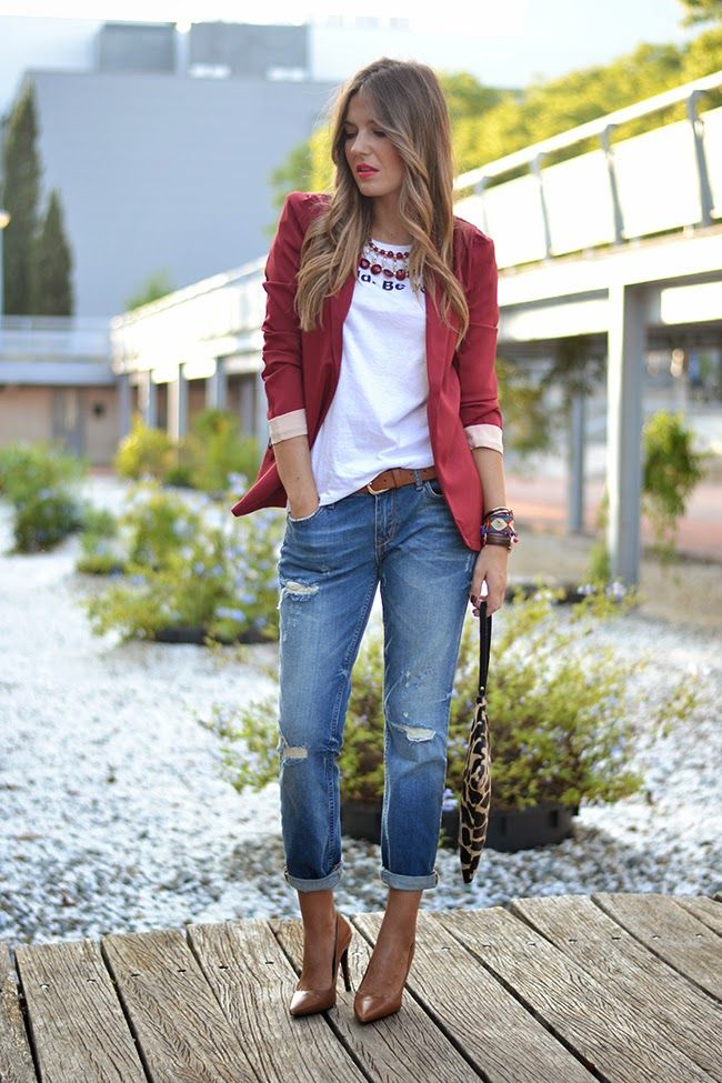 pantalon vaquero - camiseta en blanco & blazer en rojo - borgoña