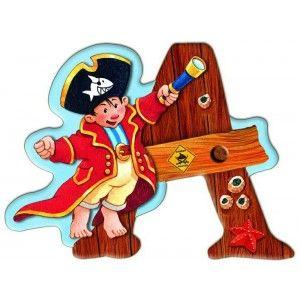 Αυτοκόλλητο γράμμα Capt' n Sharky Α Αυτοκόλλητα γράμματα για παιδικό δωμάτιο. Χαρούμενα και πολύχρωμα γράμματα με τον πειρατή Capt' n Sharky για μία ξεχωριστή νότα διακόσμησης στο δωμάτιο του παιδιού! Κολλήστε τα στην πόρτα του παιδικού δωματίου, βάλτε τα σε φελλοπίνακα για ένα ξεχωριστό μήνυμα, μάθετε την αλφάβητο. Είναι γράμματα του λατινικού αλφάβητου τα οποία μπορούν να κολληθούν σε όλες τις επιφάνειες καθώς η πίσω τους όψη είναι αυτοκόλλητη.