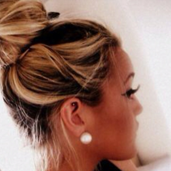 love the bun with a big white pearl earring
