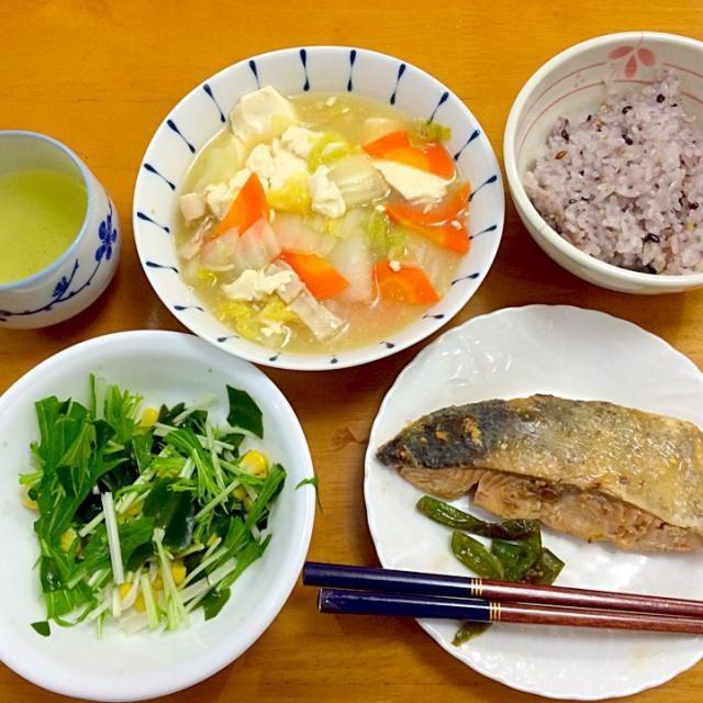 ヨシケイさんメニュー +肉団子二個 - 5件のもぐもぐ - 鮭のバター焼き*サラダ*豆腐とベーコンの煮物*雑穀米 by karintou2525