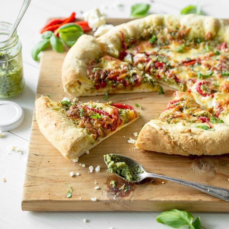 Die Basis dieses Seelenschmeichlers: Olivenpesto, geröstete Paprika und milderMozzarella. Aber was ist das? Im Rand versteckt sich würziger Feta.