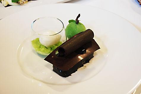 Her ses desserttallerknen. I glasset er der æblegranité og kærnemælkssorbet med hvid chokolade. Forrest er det en chokoladebar med en chokoladekagebund med nødder, en lys chokolademousse og en hindbær/portvingelé gemt bag en sort chokoladeglacering. Det grønne æble er en marzerinkage med hvid chokoladecheesecake og en mørk chokolade ganache, som er sprøjtet med grøn chokolade (lavet med et grønt pulver med blander med hvid chokolade).