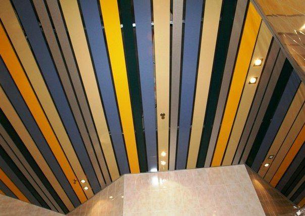 Разноцветные реечные металлические потолки в СПб