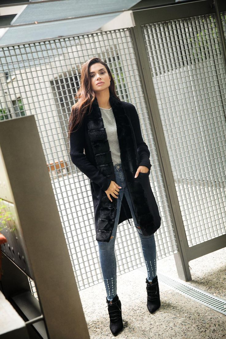 Long cardigan with furry lapel and long sleeves. Front ribbon fastening. 10% Wool. 15% Viscose. 3% Spandex. 20% Nylon. 52% Akrylic. https://www.modaboom.com/zaketa-me-gouna-mauro.html