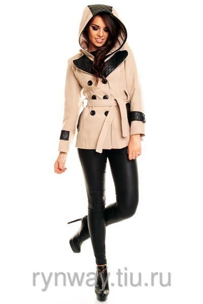 Бежевое пальто с черными пуговицами