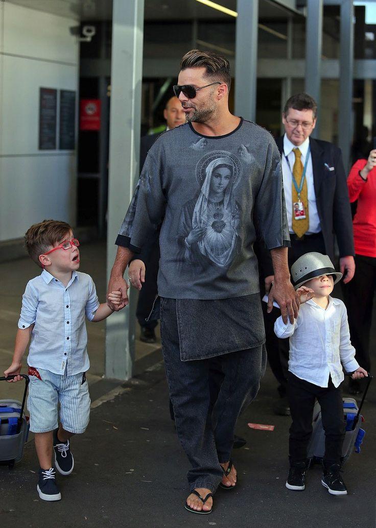 Ricky Martin en el Aeropuerto de Sidney, Australia con sus adorables y fashionistas hijos, Mateo y Valentino