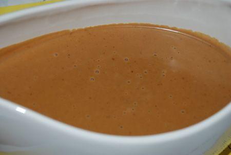 God krämig gräddsås. Passar till allt från köttbullar och grillad kyckling till fläskkarré. Redning (rör ut ca 2 msk mjöl med vatten, eller ännu hellre steksky) 2 dl mjölk 2 dl vispgrädde 2 tsk soj…