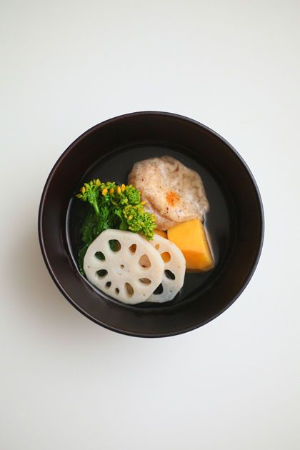 吸い物仕立てのお雑煮: brown rice mochi, Anno potato, lotus root, rape, kelp soup: bonito, Awaguchi醬油, mirin, salt