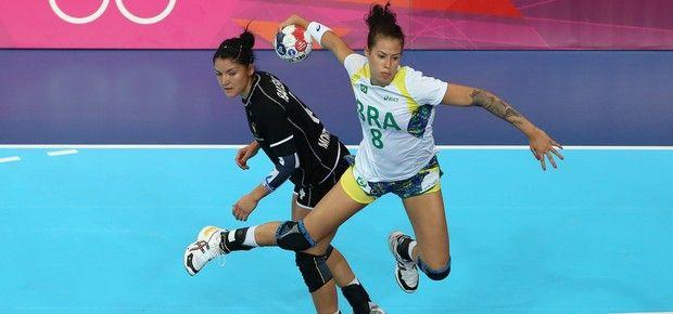 Fernanda Rocha arremessa em um dos gols da vitória brasileira contra Montenegro no segundo jogo da primeira fase do handebol feminino na Olimpíada (Foto: Jeff Gross/Getty Images)