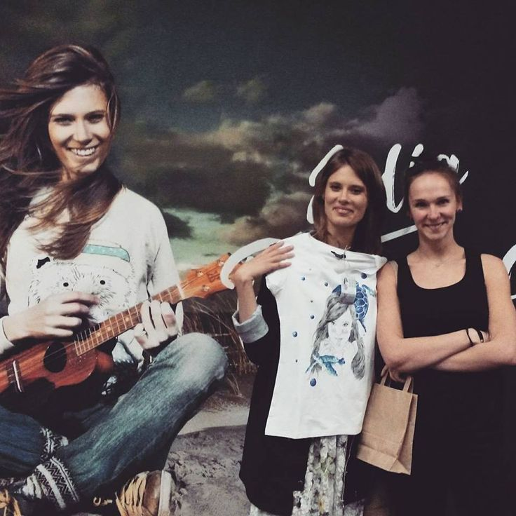 Julia Pietrucha z bazgrającą i koszulką ręcznie malowaną :)