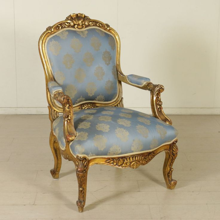 Poltrona in stile, finemente intagliata e dorata con seduta e schienale imbottiti.