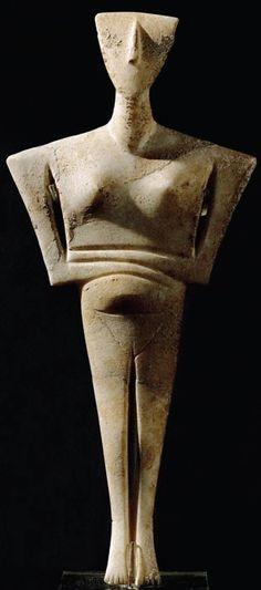 IDOLO CICLADICO- figuretta femminile a braccia conserte in marmo bianco cicladico scolpito a tutto tondo, funzione funeraria, fine III millennio a.C, conservato al museo archeologico nazionale di Atene