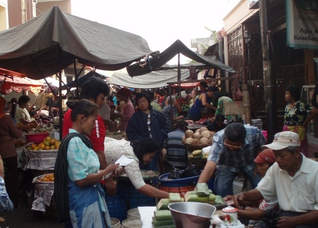Pasar Gang Baru or Gang Baru Market is the part of Pecinan (The Chinese Settlement) in Semarang.  http://www.goindonesia.com/id/indonesia/jawa/semarang/belanja/belanja_semarang/pasar_gang_baru