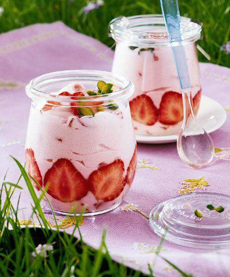 Erdbeer-Quark-Dessert Ein cremiges Dessert mit Quark und frischen Erdbeeren für…