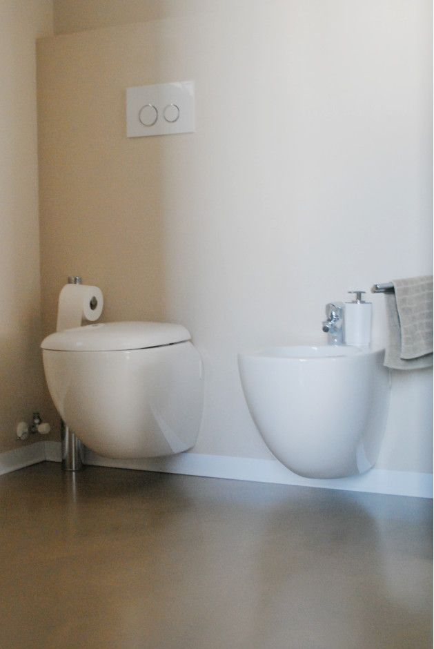 Colori naturali per il bagno rivestito in resina.