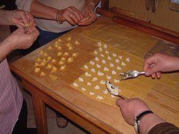 Cappelletti:sono il piatto tipico della provincia di Reggio Emilia; la loro forma, che nell'Appennino reggiano è più minuta, tende ad aumentare scendendo dal crinale alla pianura e ad al Po. Vengono cucinati in brodo di cappone o con salse tipiche romagnole