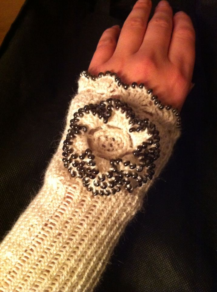 Wristwarmer in Alpaca Silk and pearls. Model Eulalia.